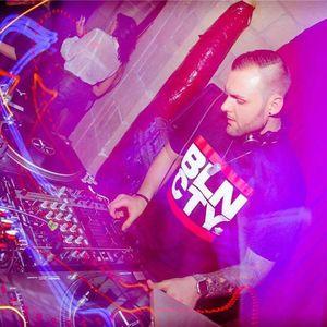 DJ R2V